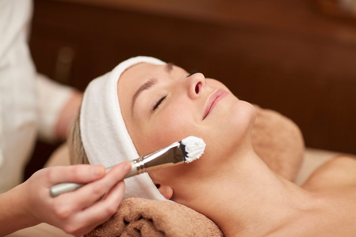 close-up-of-young-woman-and-cosmetologist-in-spa-477033572_3466x2311 (700x466, 247Kb)