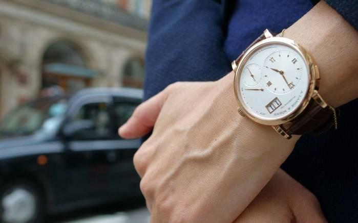 Как правильно: на какой руке нужно носить часы