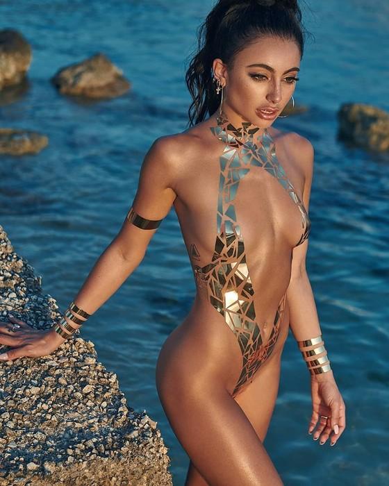 Американский художник заменил женские купальники кусочками скотча