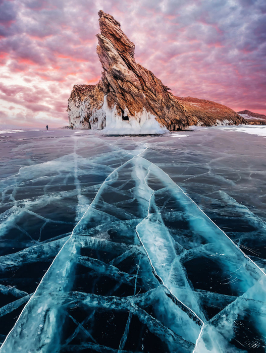 I-Walked-On-Frozen-Baikal-The-Deepest-And-Oldest-Lake-On-Earth-To-Capture-Its-Otherworldly-Beauty-Again-5abcc01832409__880 (527x700, 479Kb)