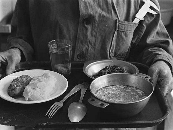 Невиданный ассортимент блюд! Чем кормили людей в советских столовых
