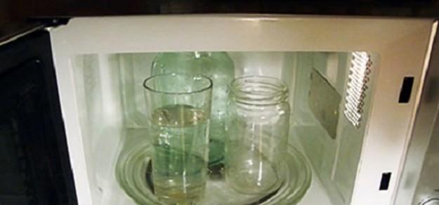 Хитрости с микроволновкой: стерилизация банок и «варка» капусты