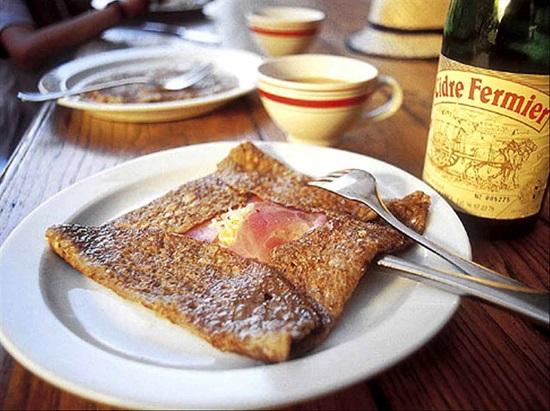 В Бретани вместе с кунь-аманом употребляют и красное бретонское вино (550x411, 122Kb)