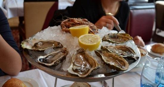Здесь, на морском побережье, неотъемлемой частью рациона являются морепродукты. К столу постоянно подаются блюда из свежеприготовленной рыбы, устриц, разнообразных моллюсков и крабов, лангустов. (550x291, 57Kb)