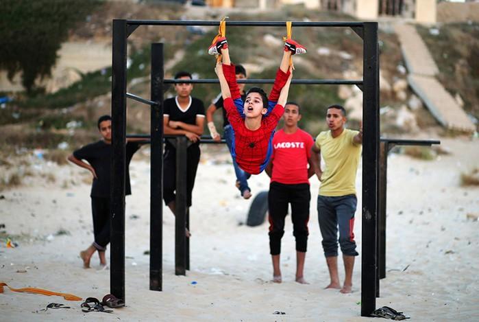 Мальчик из Газы в костюме Человека паука идет на рекорд гибкости