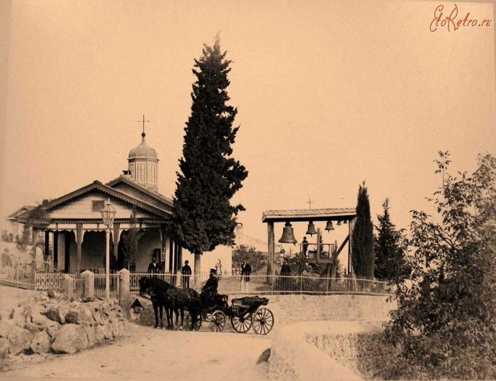 Местные жители у входа в церковь Свмч. Феодора Тирона в Верхней Аутке, близ Ялты (700x538, 332Kb)