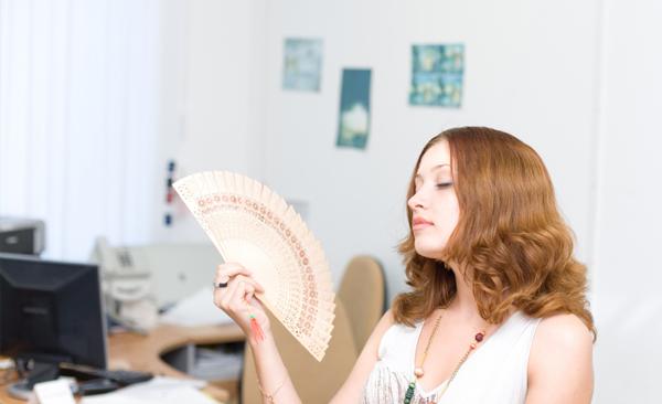 как спастись от жары на работе/1259869_jara_v_ofise (600x366, 120Kb)