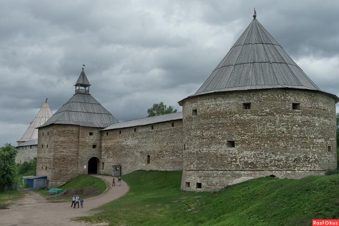 У стен крепости СтЛадога (700x466, 274Kb)
