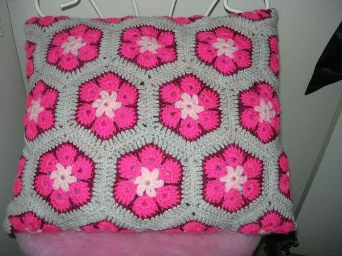 Афганский-цветок-подушка (700x525, 389Kb)