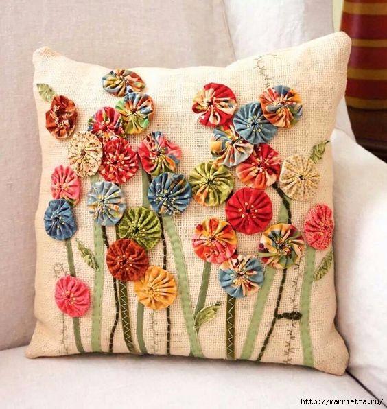 Декор подушки цветочками йо-йо (564x596, 219Kb)