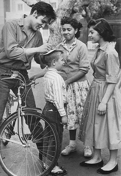 Элвис на велосипеде (396x574, 127Kb)