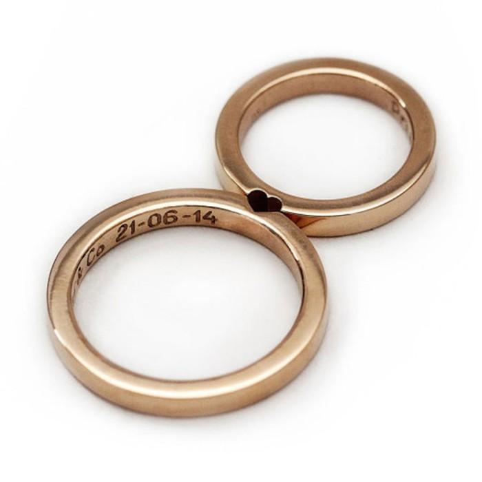 Обручальные кольца как две половинки одного целого