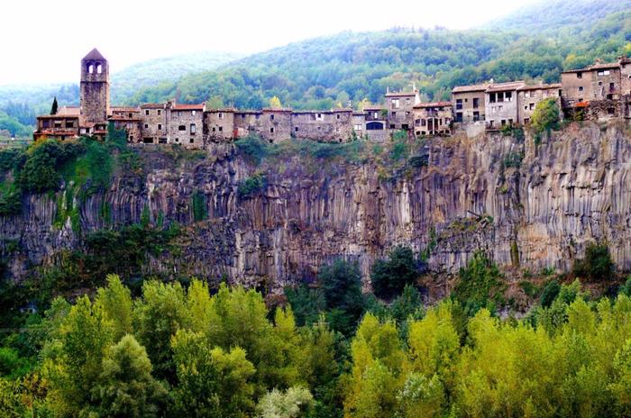 6. Кастельфольит-де-ла-Рока, Испания (700x464, 468Kb)
