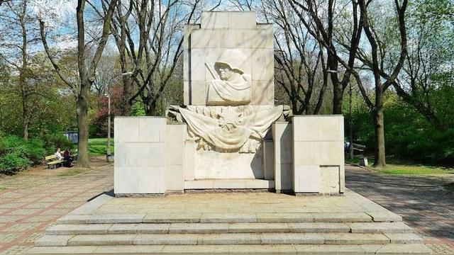332522_1_Pomnik_Wdzi_czno_ci__o_nierzom_Armii_Radzieckiej_w_Parku_Skaryszewskim_Warszawie_big (640x360, 103Kb)