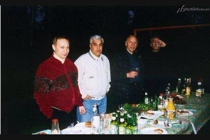 немного раньше 1999 года, этот  неброский человек,так же замечательно общался в криминальных кругах с Дедушкой Хасаном. (700x466, 48Kb)