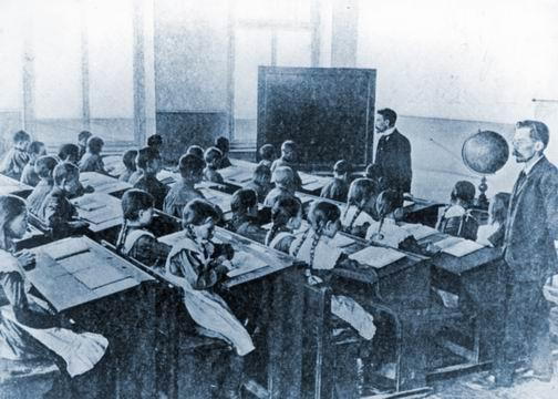 Учебный класс в 2-х классном училище при ф-ке Т-ва Мануфактур Бр. Г. и А. Горбуновых. Село Середа. 1913 г. (504x360, 143Kb)