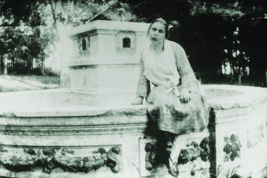 Большакова З.Ф. (жена фотографа) у фонтана усадьбы Холчевой Матрены н.30-х гг.ХХ в. (540x360, 118Kb)