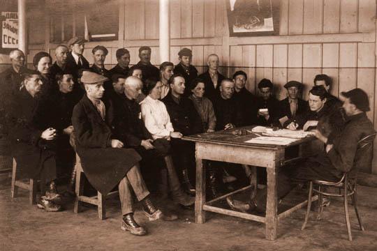 Заседание клуба радиолюбителей. г. Середа Ивановской обл. 20-е гг.ХХ в. (540x360, 131Kb)