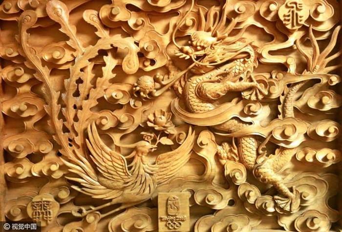 Китайская 78-летняя бабушка вырезает скульптуры из дерева