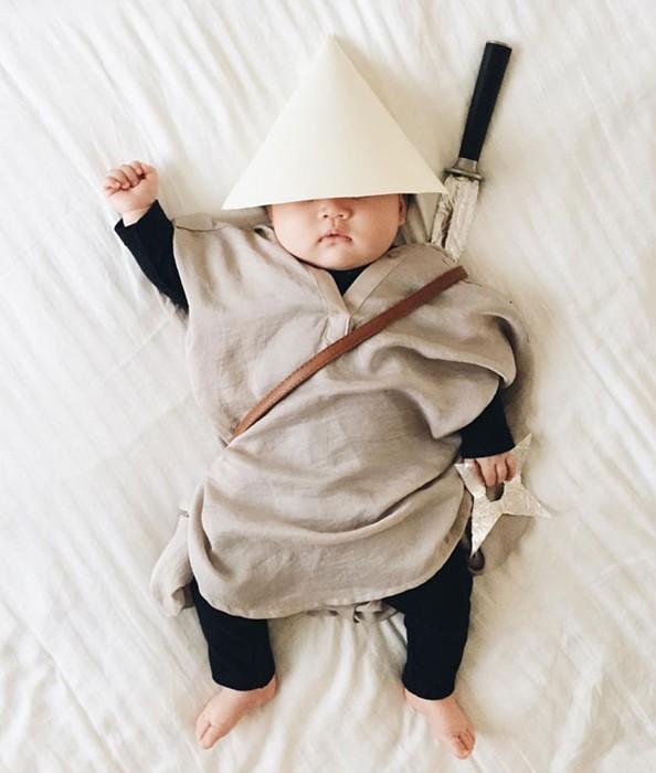 Мама наряжает спящую дочку в смешные костюмы