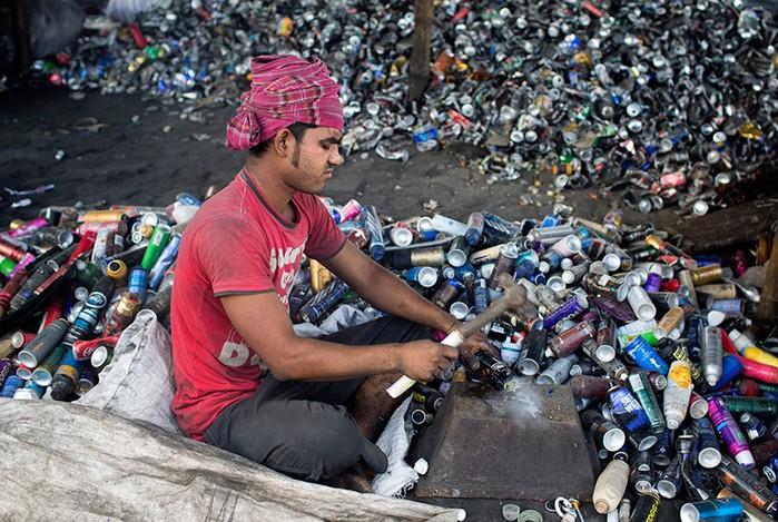 Фотоистория граждан Бангладеш, работающих за 10 долларов на вредном производстве