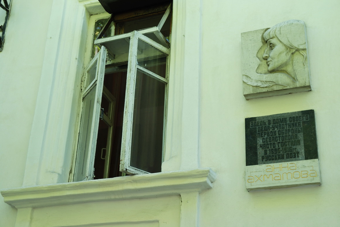 сев мемориальная доска на доме деда в Севастополе (700x468, 257Kb)