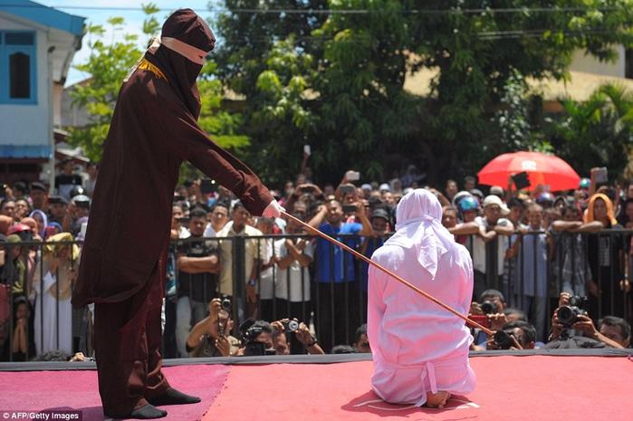 публичная порка в индонезии 7 (700x465, 366Kb)