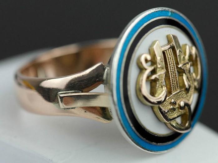 Серебряные и золотые украшения, декорированные эмалью