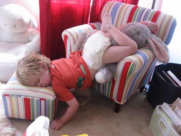 funny-kids-sleeping-anywhere-14-57a987fedf2a6__605 (605x454, 234Kb)
