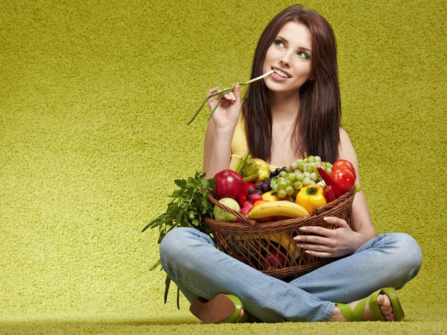 3196330_67815_girl_with_fruit_2 (640x480, 260Kb)