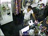 Стань героем! Конфликт между посетителем магазина и грабителем