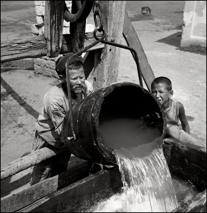 Герберт Лист  Crimea. 1943. Tatar Peasant at the well.  2 мельница (680x700, 379Kb)