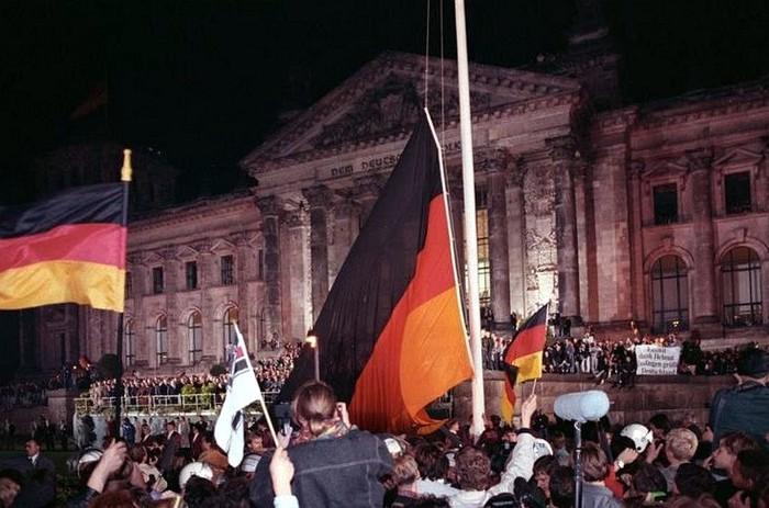 3906024_Bundesarchiv_Bild_18319901003400_Berlin_deutsche_Vereinigung_vor_dem_Reichstag (700x463, 92Kb)