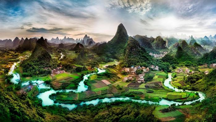 Река извивается среди гор в Китае