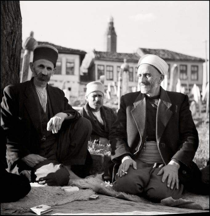 герберт Лист . Crimea. 1943. Muslims on a tatar cementer (682x700, 305Kb)