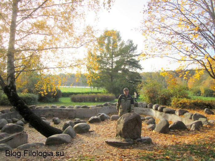 Покровское-Стрешнего. Селфи на фоне камней. (700x525, 106Kb)
