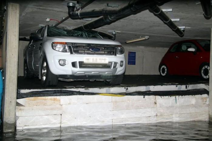 В Лондоне автомобили придавил пол подземной парковки