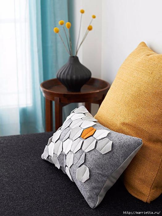 Подушка из фетра с геометрическим орнаментом (1) (525x700, 266Kb)