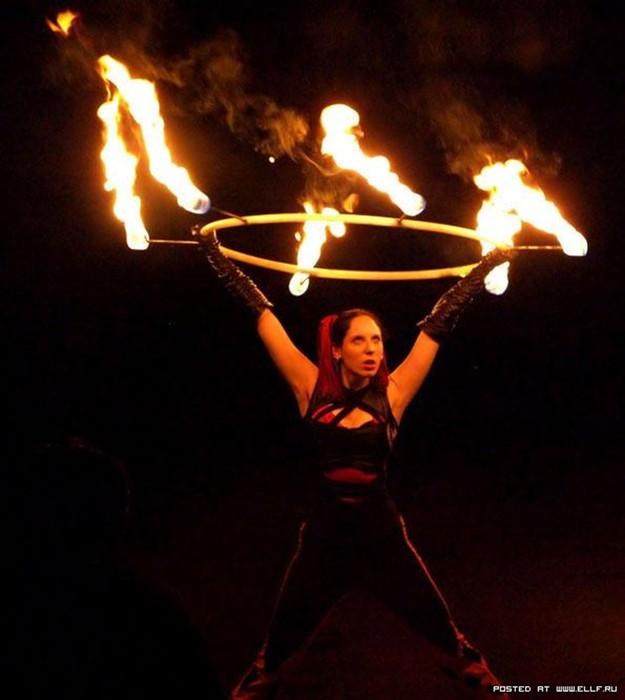 Фото: Девушки факиры с огненными факелами