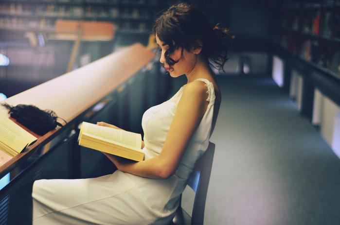 девушка-с-книгой-в-руках (700x463, 314Kb)