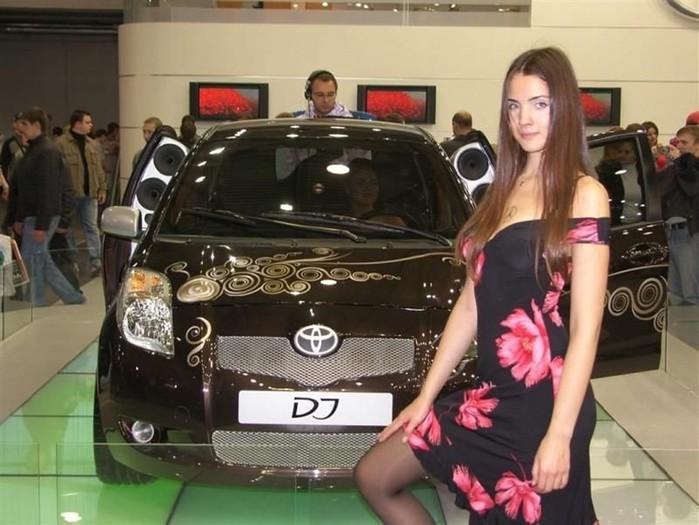 Девушка сфотографировалась с каждой машиной на автошоу