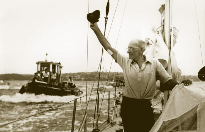 CIRCA-1967-FRANCIS-CHICHESTER-SALUTING-WELL-WISHERS-ON-HIS-ARRIVAL-IN-SYDNEY-MID-WAY-THROUGH-HIS-ONE-STOP-768x493 (700x449, 50Kb)