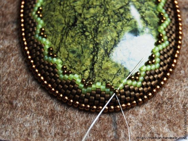 Обшиваем кабашон бисером. Очень красиво (29) (635x477, 205Kb)