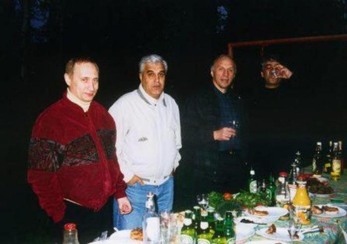 Путин в криминале — Владимир Владимирович за одним столом с авторитетом Дедом Хасаном/4555640_putin_i_ded_hasan (700x491, 174Kb)