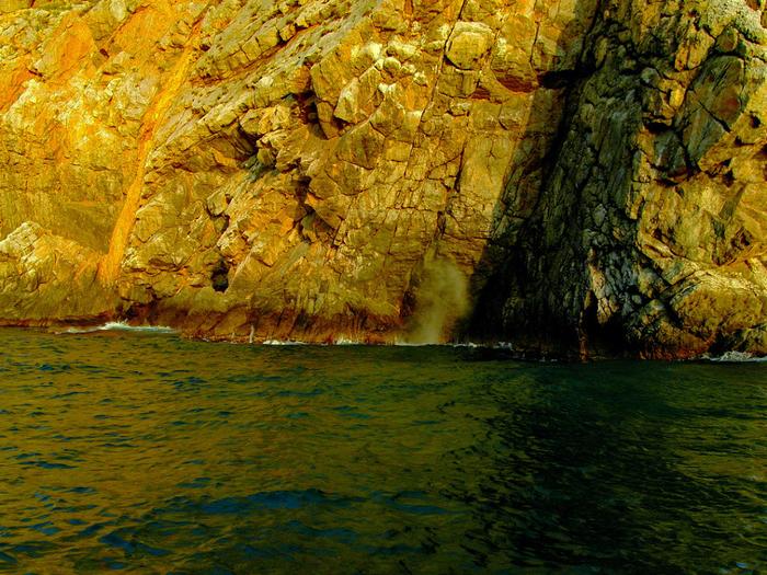 С южной стороны Аврориной скалы, прям под форштевнем , на урезе уровня моря есть небольшой грот, и когда идёт волна от туда гейзером выходит воздух ...и грот дышит. (700x525, 695Kb)