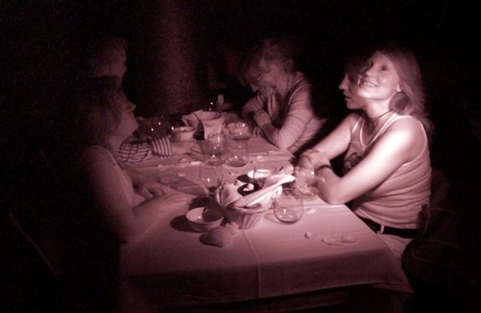 Ужин в темноте вместо романтического ужина при свечах!