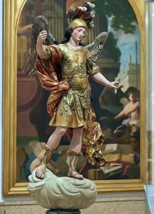 турист разбил статую святого михаила  в лиссабоне