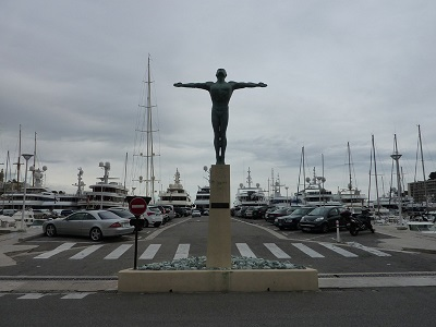 Посреди причала перед водным стадионом имени Ренье III стоит в библейской позе стоит памятник Олимпийскому пловцу. Работа скульптора Эммы де Сигальди, поставлена в 1961 году. (400x300, 55Kb)