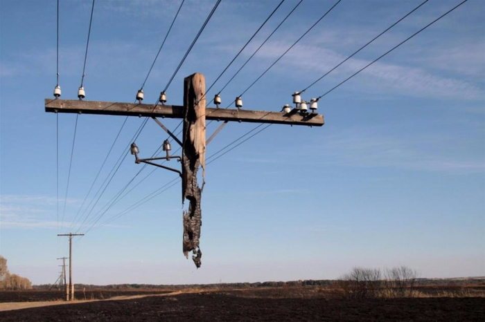 3. Это не фантазия сюрреалиста, а обыкновенный столб, не сгоревший полностью во время пожара (700x466, 232Kb)