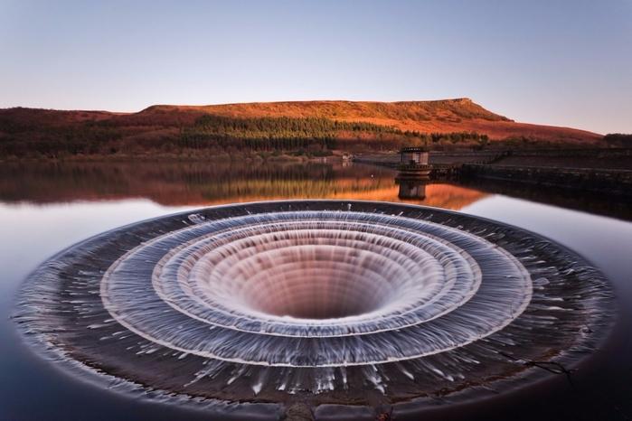 1. Эта фантастическая воронка - туннель для слива воды на водохранилище Ледибауэр (700x466, 297Kb)